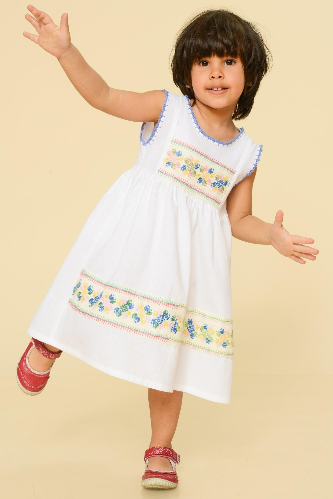 Rochie alba copii cu broderie colorata