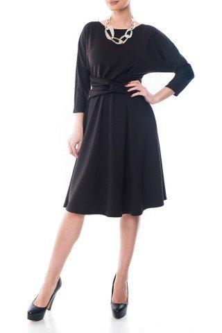 Rochie neagra Dona Kyros in clos cu model