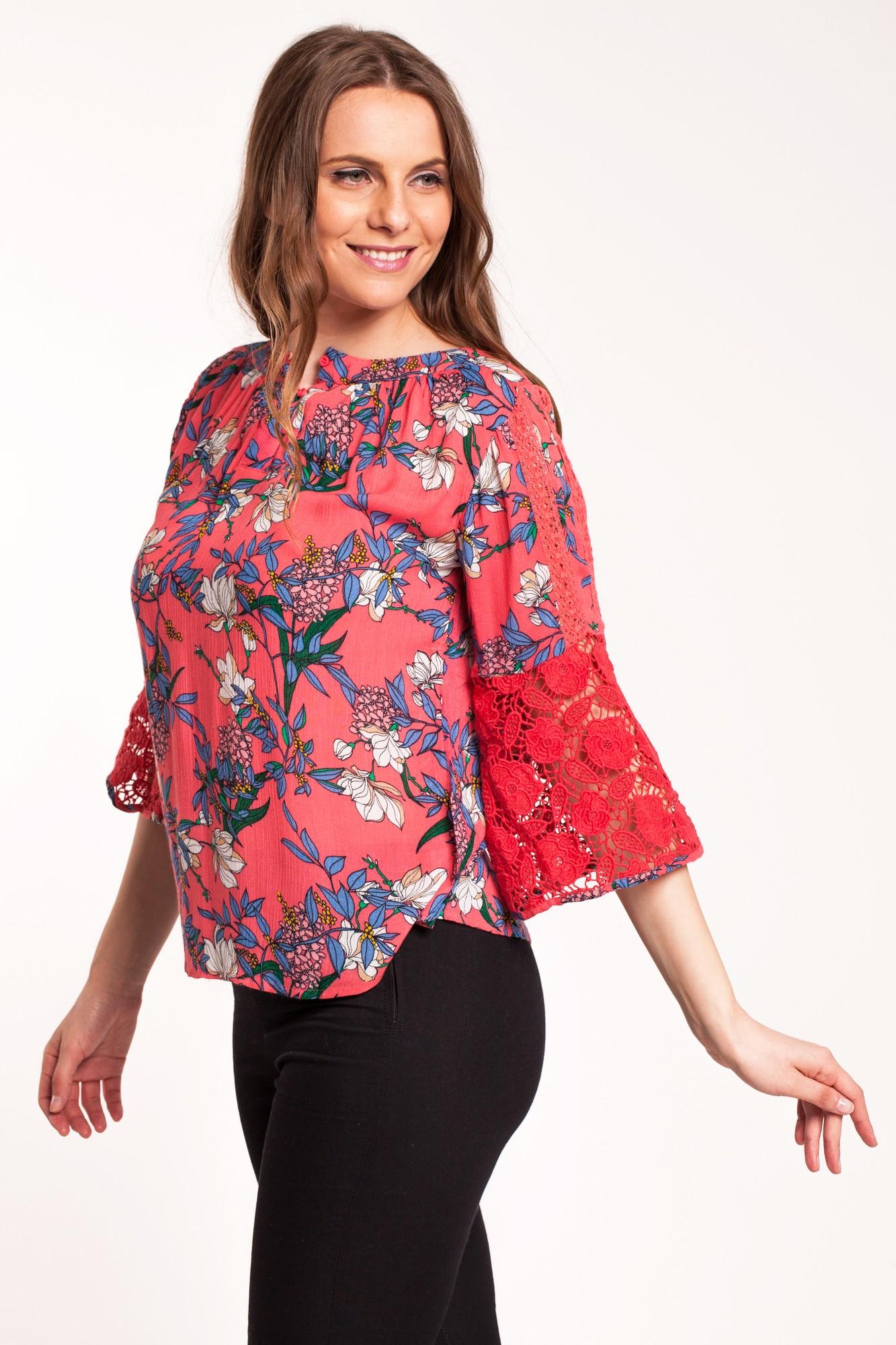 Bluza corai din vascoza cu imprimeu floral si maneci clopot