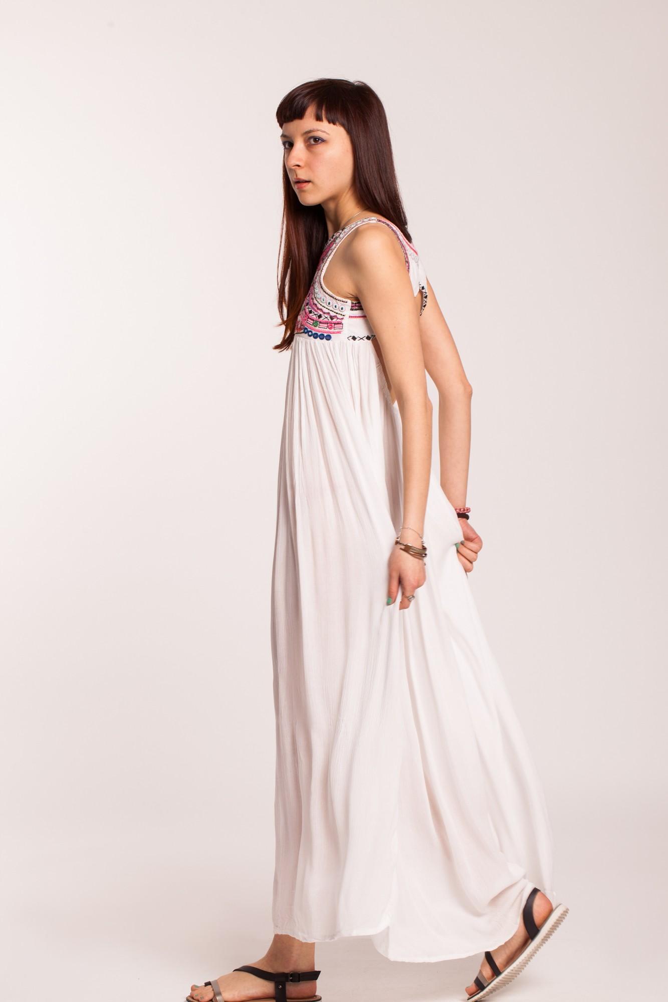Rochie alba cu platca brodata si decupaj pe spate