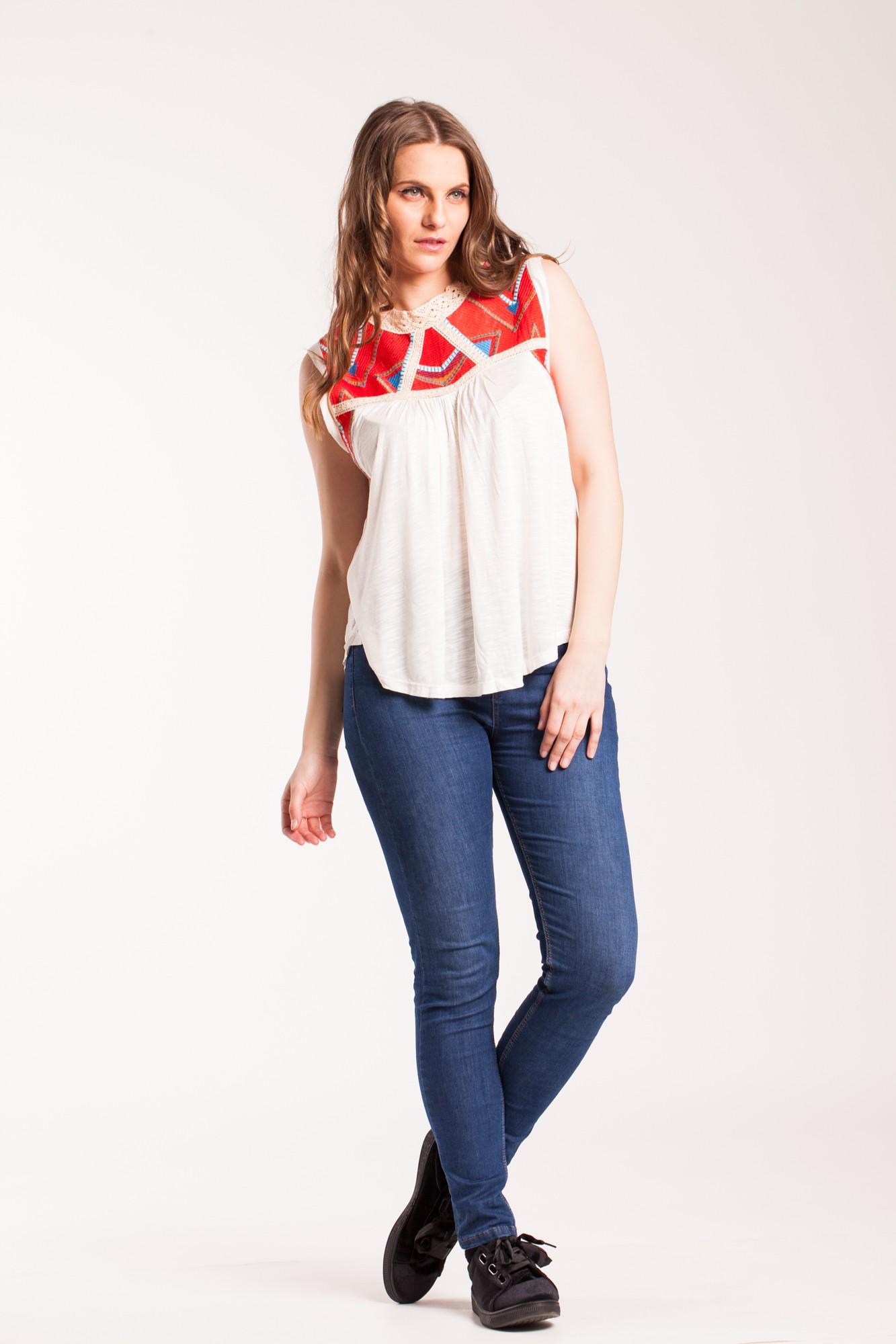 Bluza alba din vascoza cu broderie rosie piept