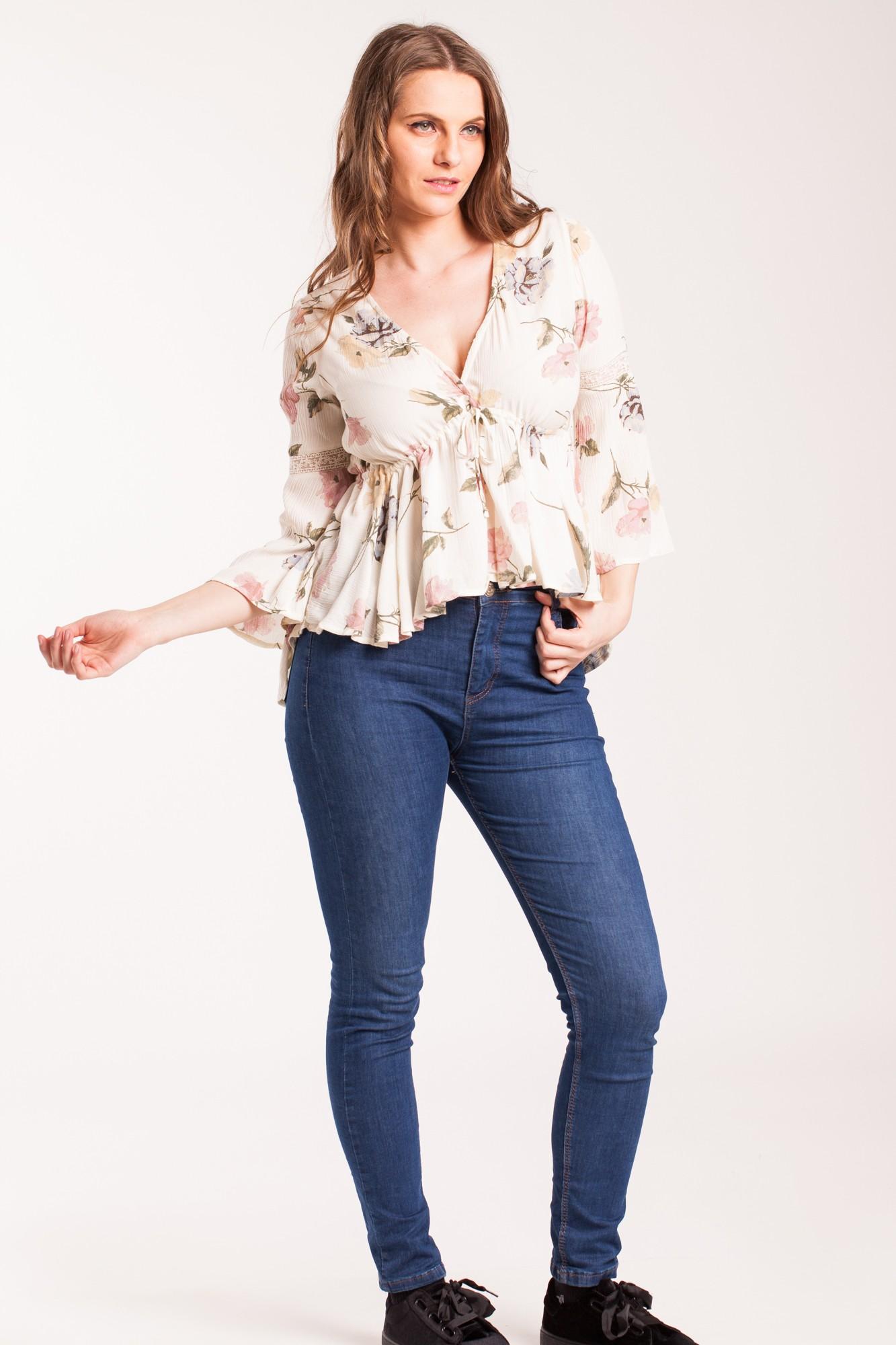 Bluza crem eleganta cu imprimeu floral si maneci clopot