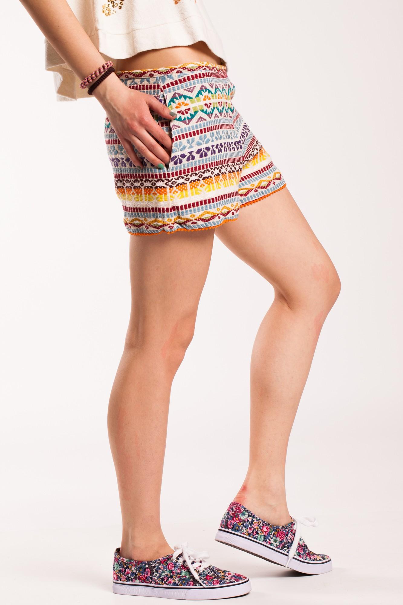 Pantaloni scurti din bumbac cu dublura si broderie multicolora