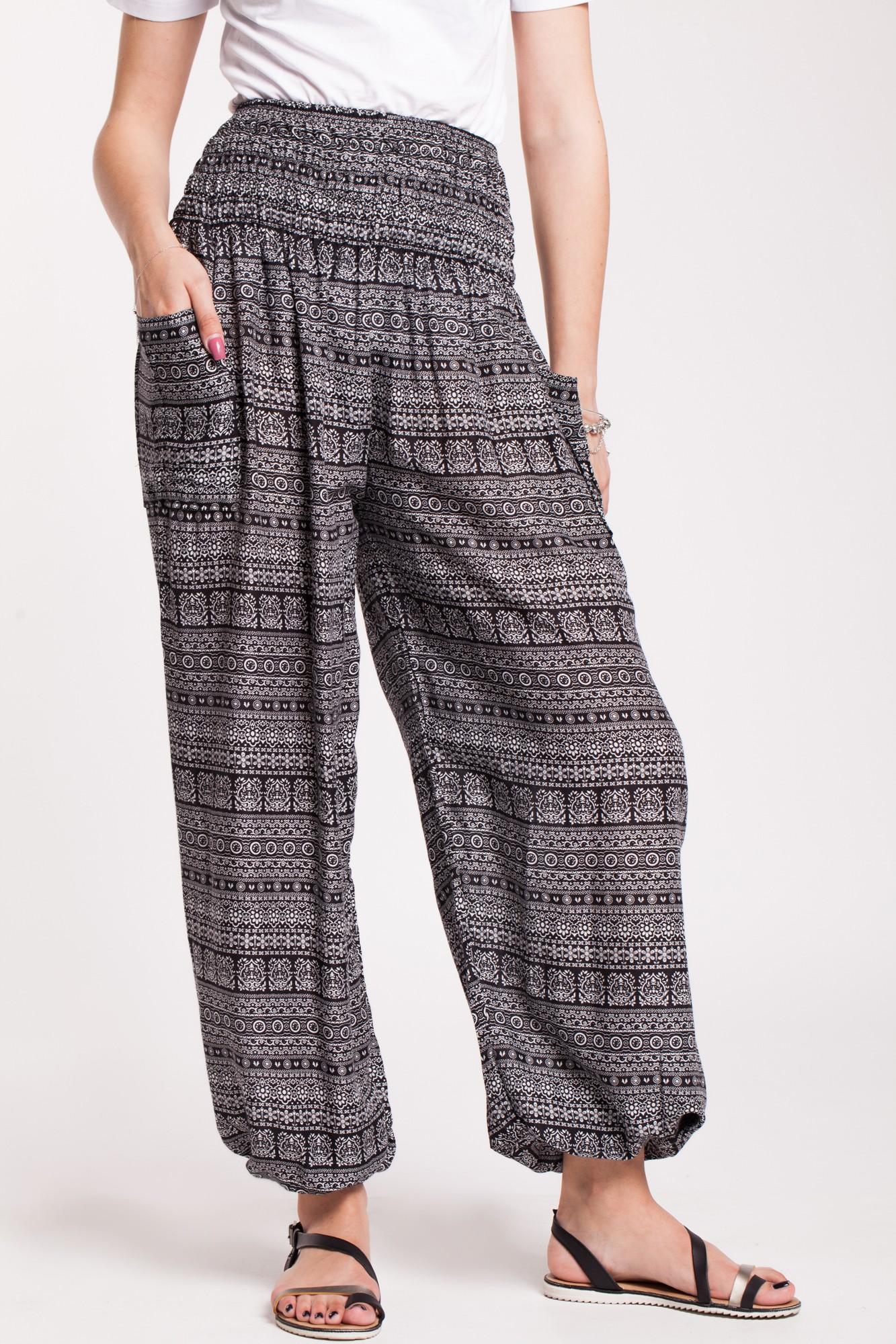 Pantaloni alb-negru din vascoza cu elastic lat si buzunare