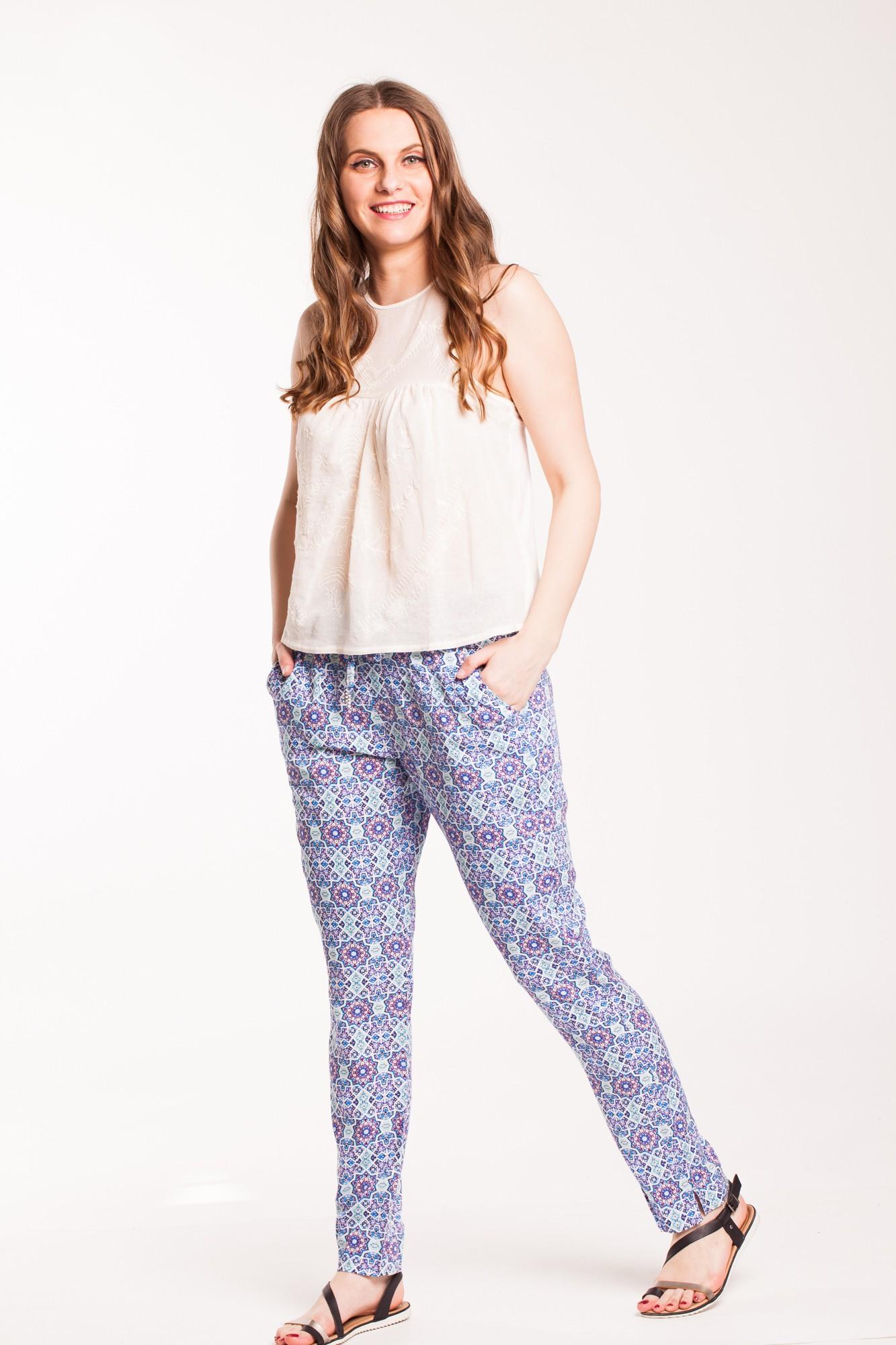 Pantaloni bleu din vascoza cu imprimeu multicolor