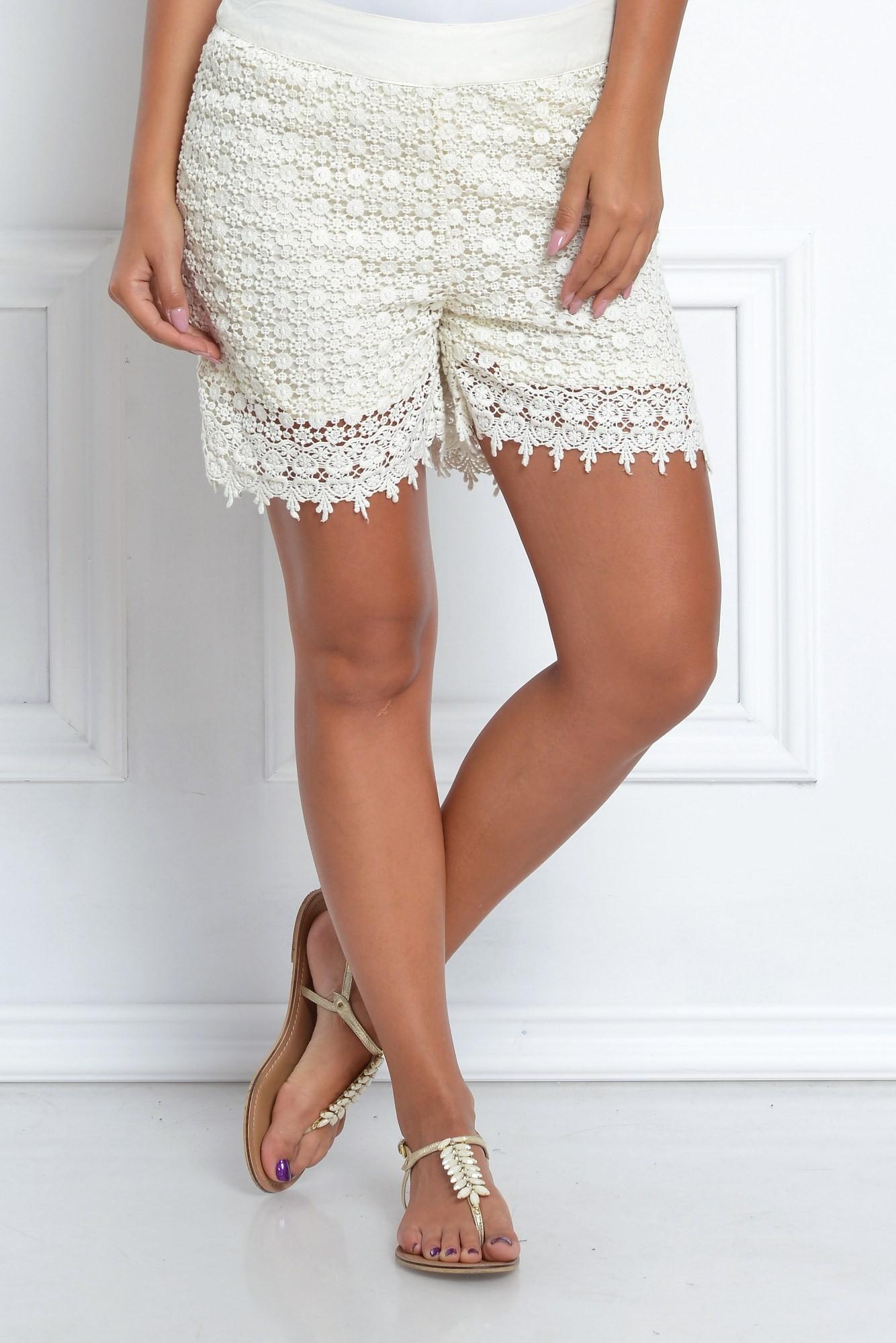 Pantaloni albi scurti cu broderie florala