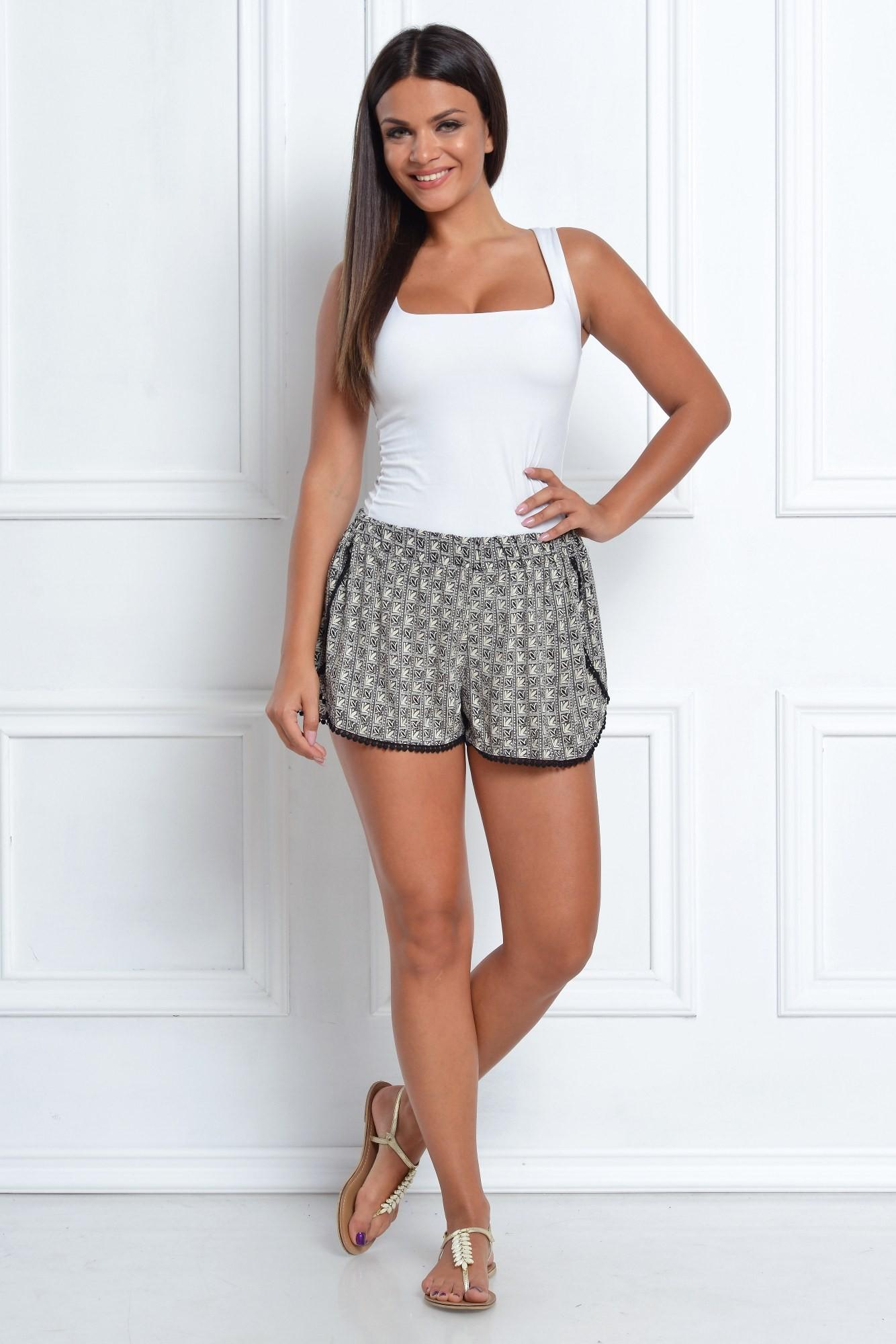 Pantaloni albi scurti din vascoza cu imprimeu negru si broderie