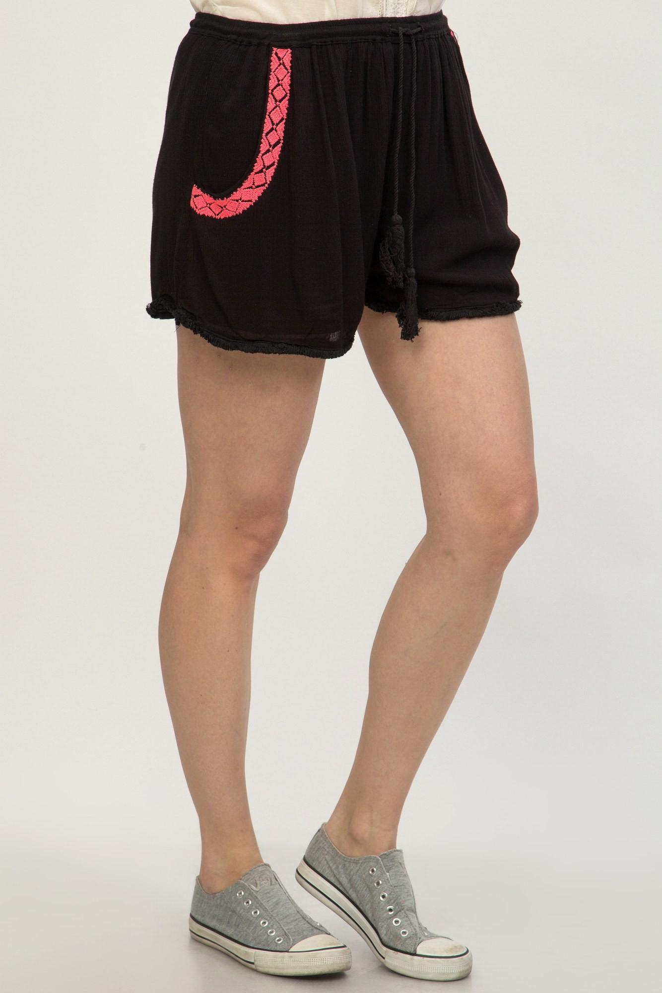 Pantaloni negri scurti din vascoza cu broderie roz
