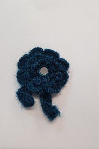 Aplicatie macrame floare albastra