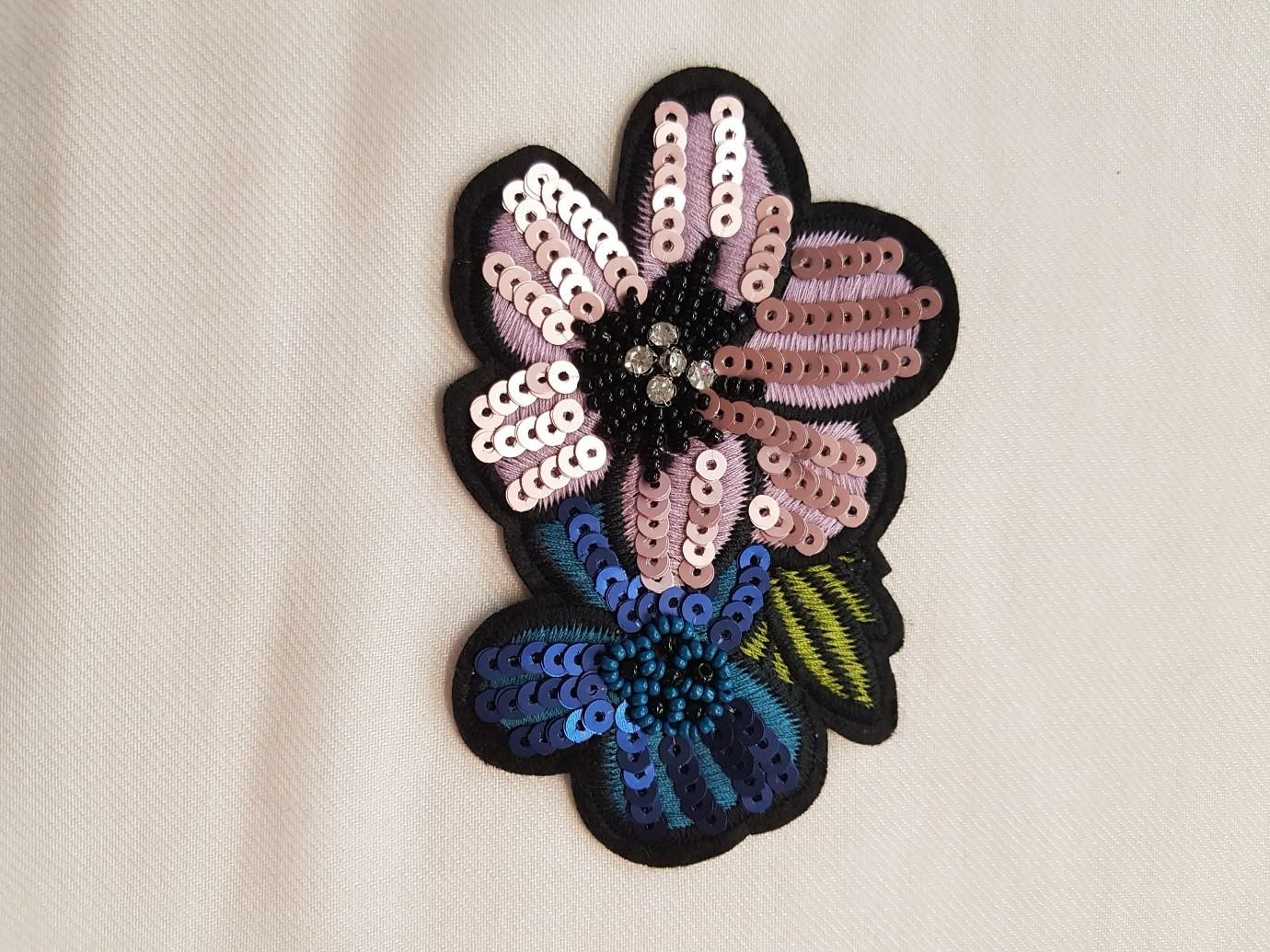 Aplicatie florala roz-albastru din paiete mate