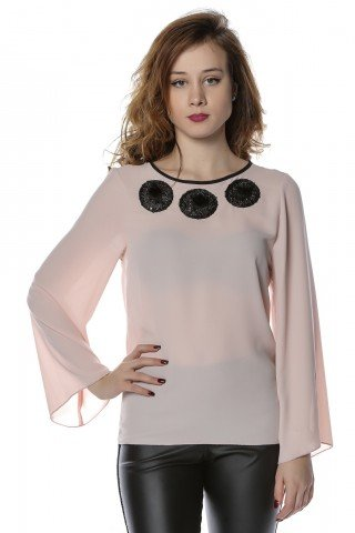 Bluza roz din voal cu aplicatii din pietricele la gat