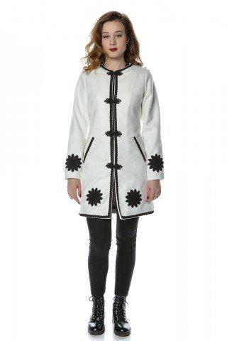 Palton alb din stofa cu motive florale aplicate si inchideri brodate negre