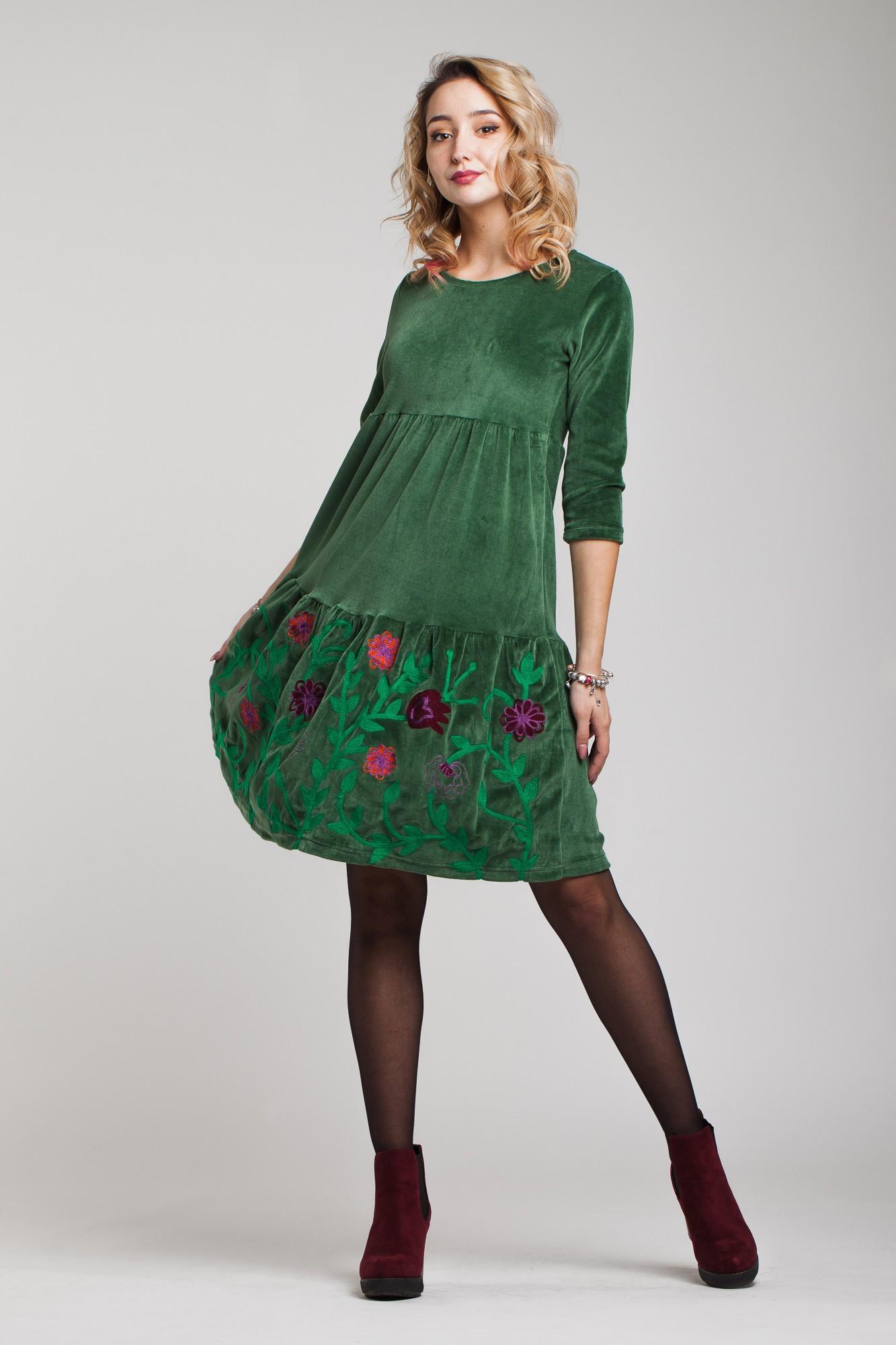 Rochie din catifea verde cu volan si broderie multicolora