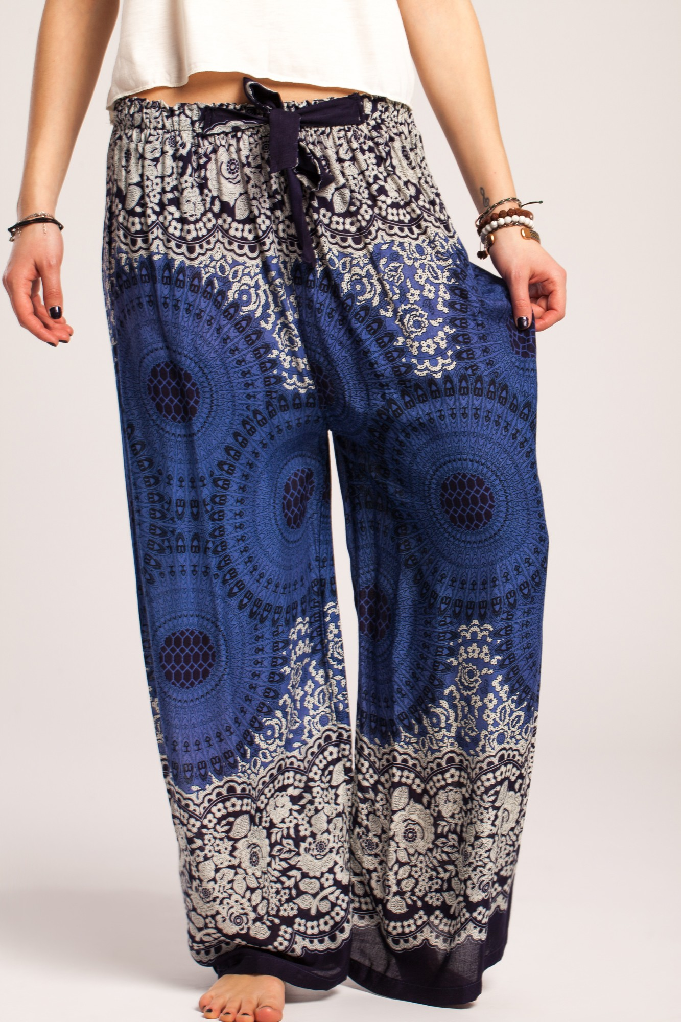 Pantaloni boho largi bleumarin din vascoza cu mandala si flori