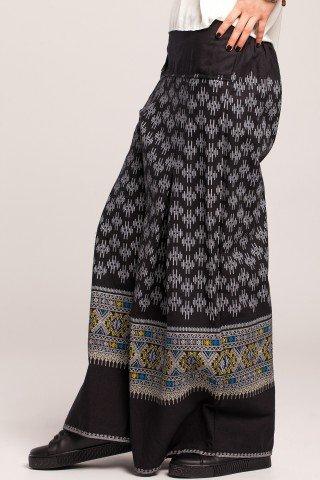 Pantaloni evazati negri cu imprimeu etnic si talie lata