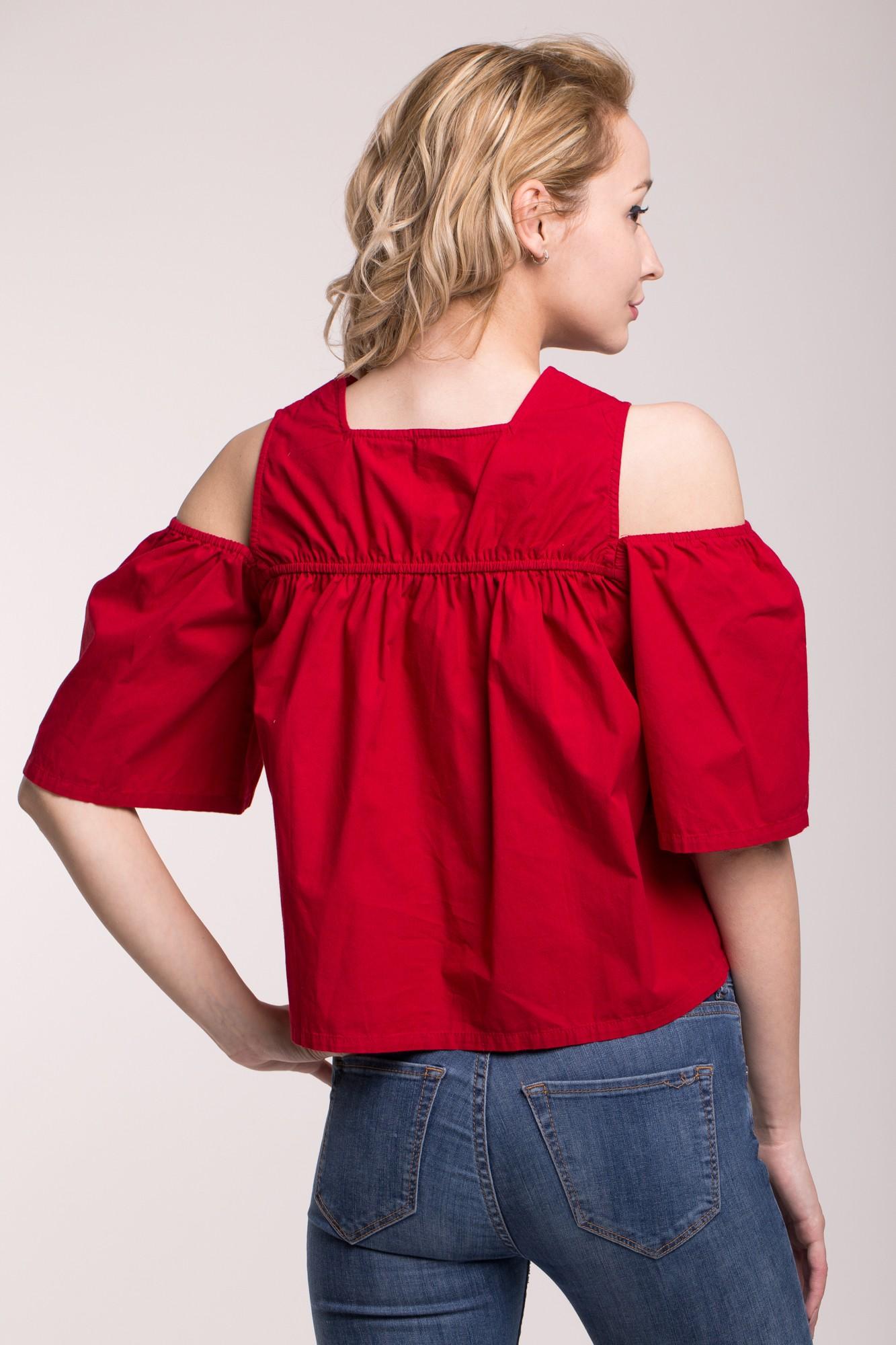 Bluza rosie cu umeri decupati si platca brodata cu paiete