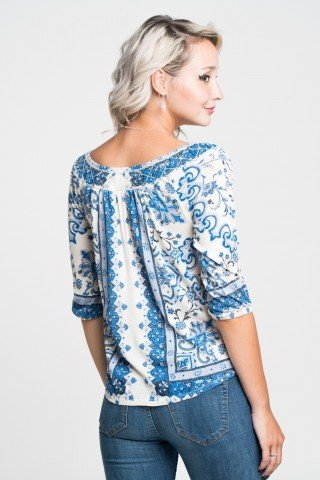 Bluza alba cu imprimeu etnic albastru si decolteu cu elastic
