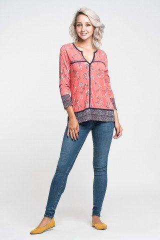 Bluza rosu deschis cu imprimeu floral si detalii bleumarin