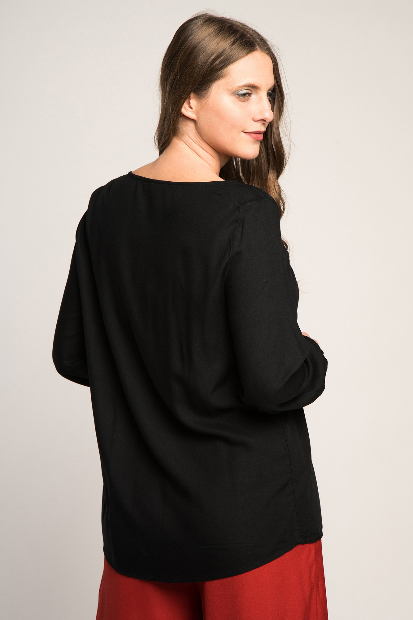 Bluza neagra cu dantela maneci bufante si nasturi
