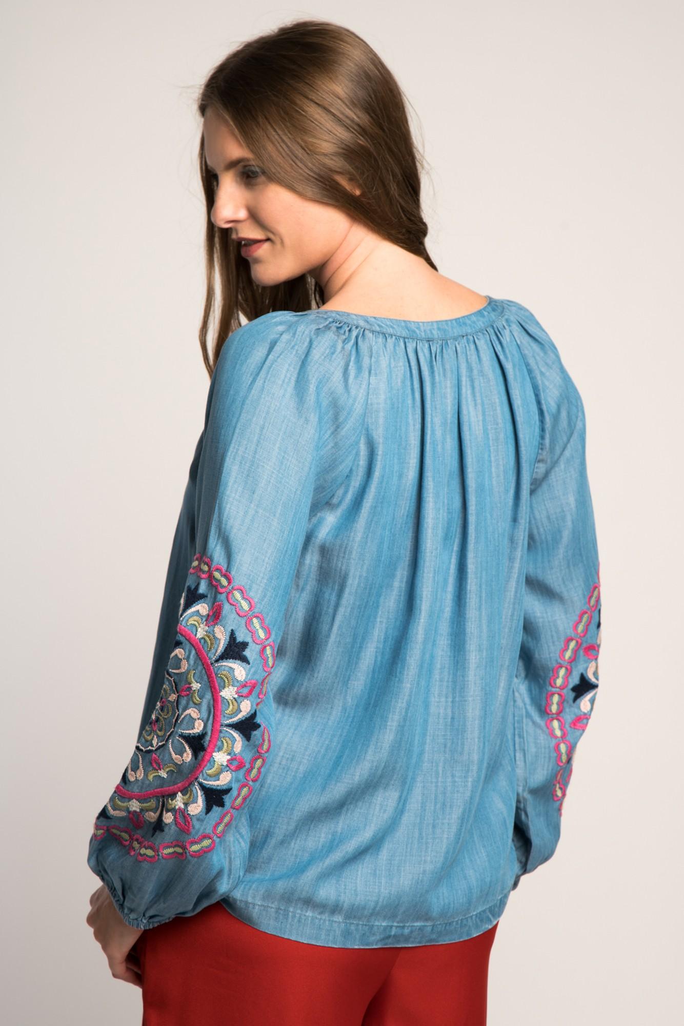 Bluza denim cu broderie multicolora pe maneci