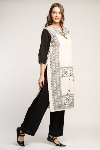 Costum traditional indian alb-negru cu motive etnice