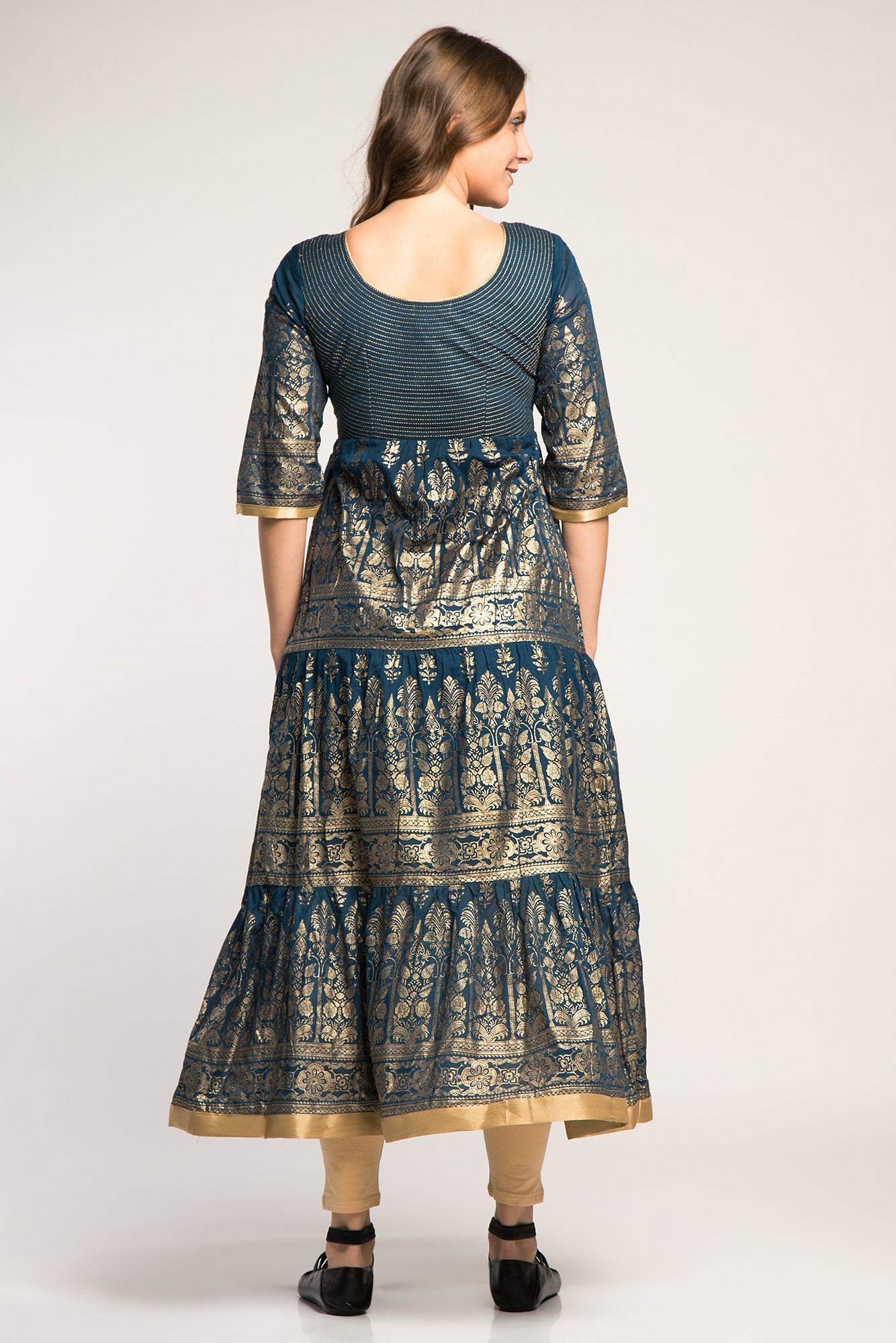 Costum traditional indian elegant cu imprimeu auriu