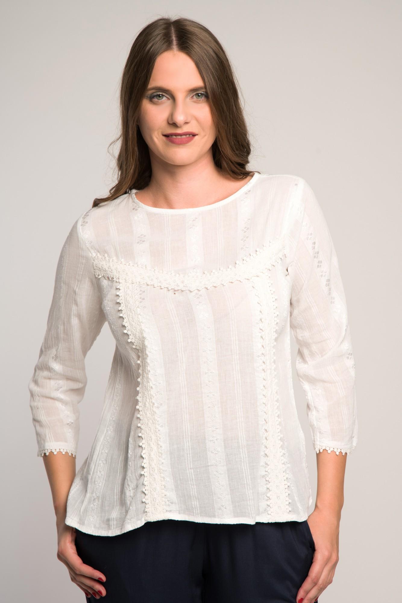 Bluza alba cu maneci trei sferturi si broderie