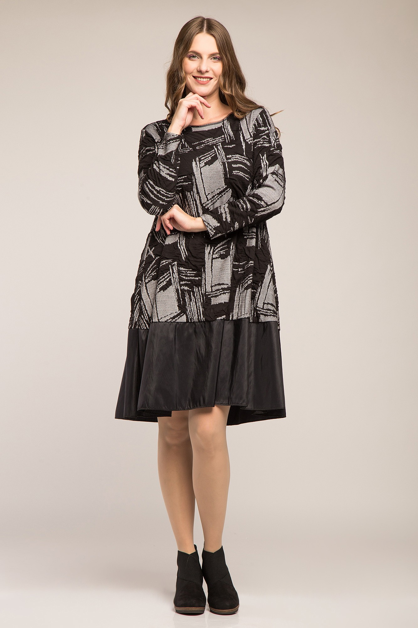Rochie gri-negru cu model in relief si bordura
