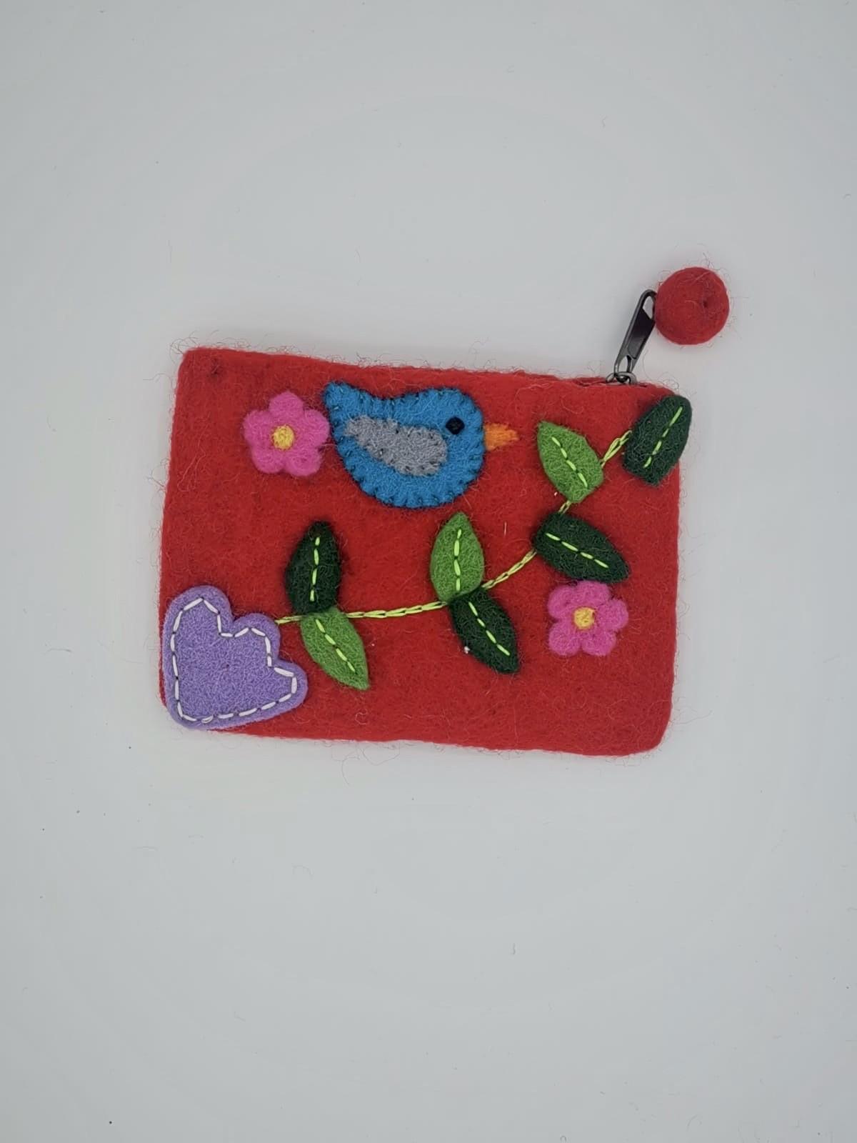 Portofel din fetru rosu cu aplicatii multicolore