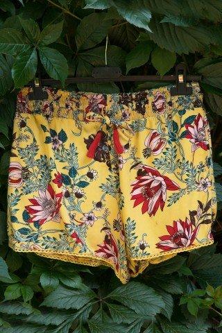 Pantaloni scurti galbeni imprimeu floral