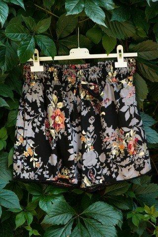 Pantaloni scurti negri cu imprimeu floral