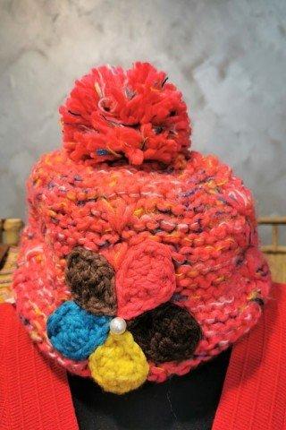 Caciula pufoasa cu broderie florala multicolora