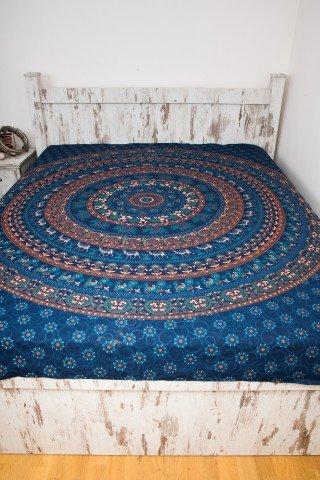 Cuvertura albastra cu cerc colorat si camile