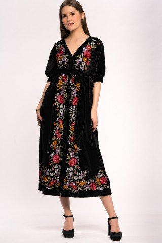 Rochie neagra de catifea cu broderie florala si nasturi