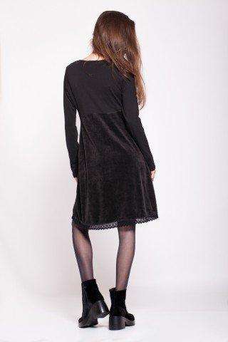 Rochie neagra catifea cu aplicatie florala si bordura macrame