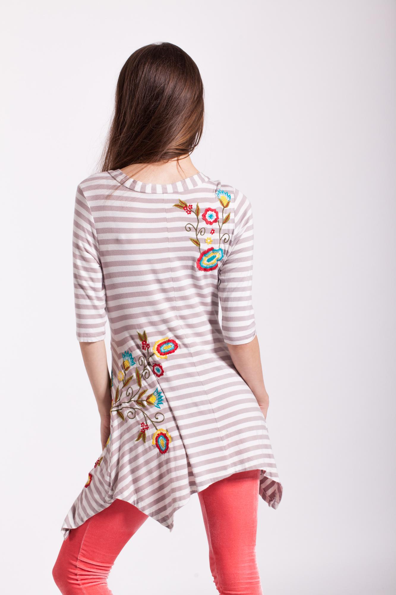 Bluza asimetrica cu dungi si broderie multicolora