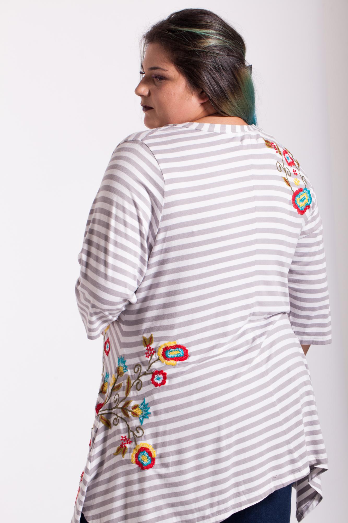 Bluza asimetrica cu dungi albe-gri si broderie
