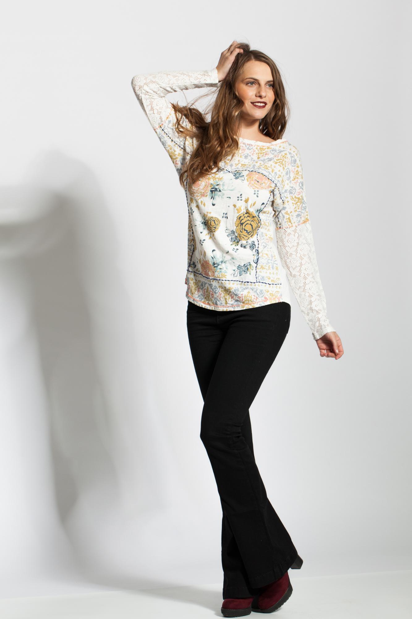 Bluza alba cu imprimeu floral si maneci din dantela
