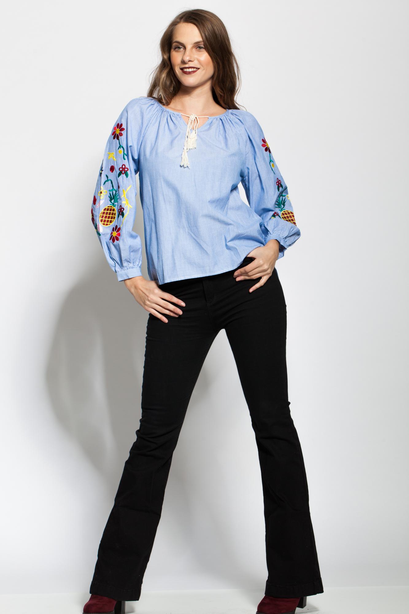 Bluza alba cu dungi bleu si broderie pe maneci