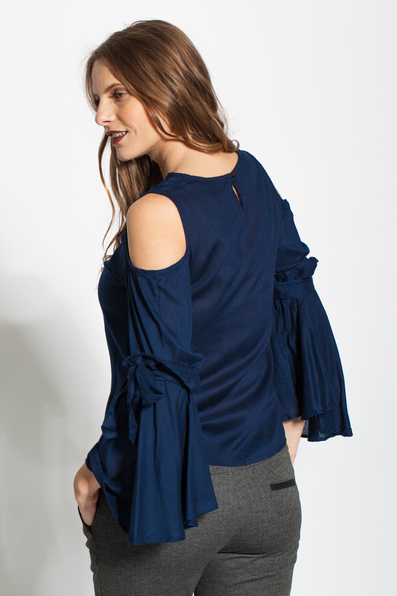 Bluza bleumarin casual cu maneci evazate si decupaje umeri