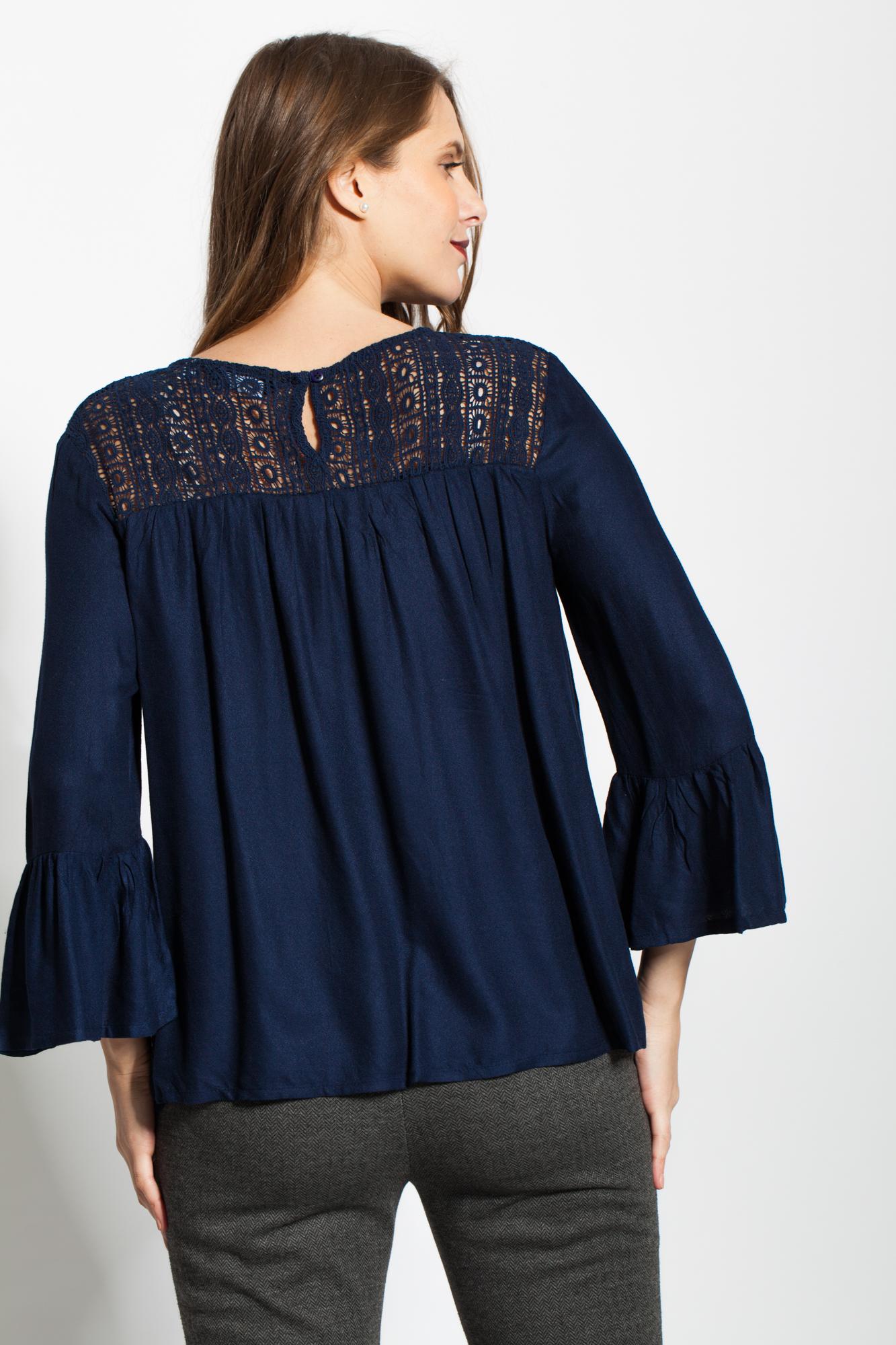 Bluza bleumarin broderie sparta si maneci cu volane