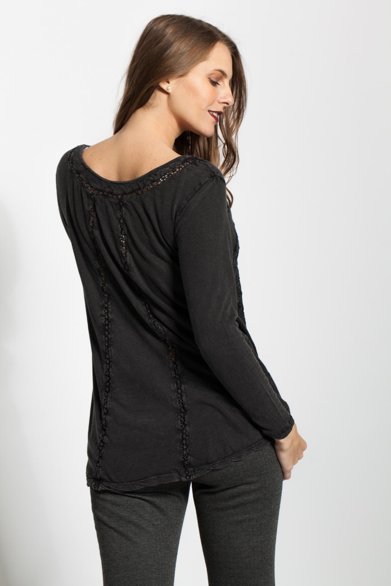 Bluza neagra casual cu broderie sparta si aplicatii