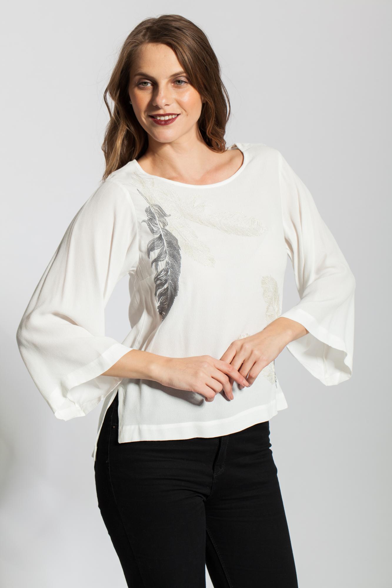 Bluza alba din vascoza cu pene brodate