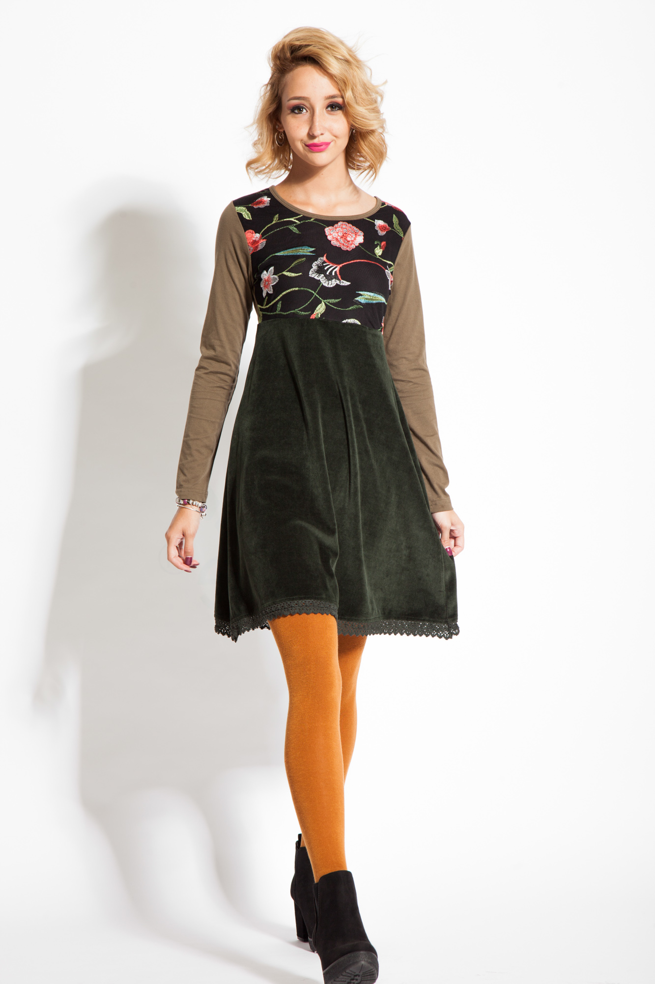 Rochie de catifea verde inchis cu broderie florala