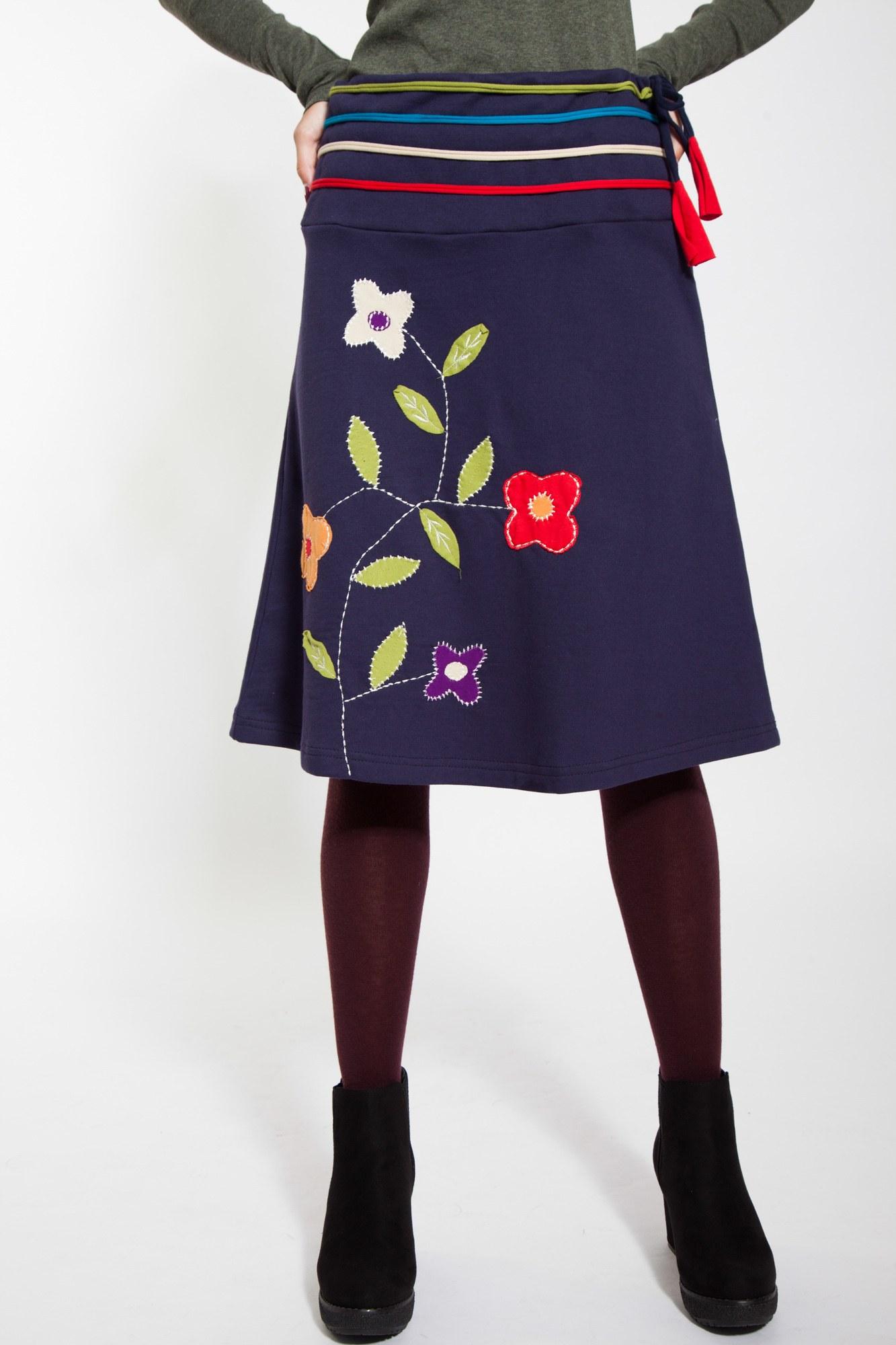 Fusta midi bleumarin cu aplicatii florale
