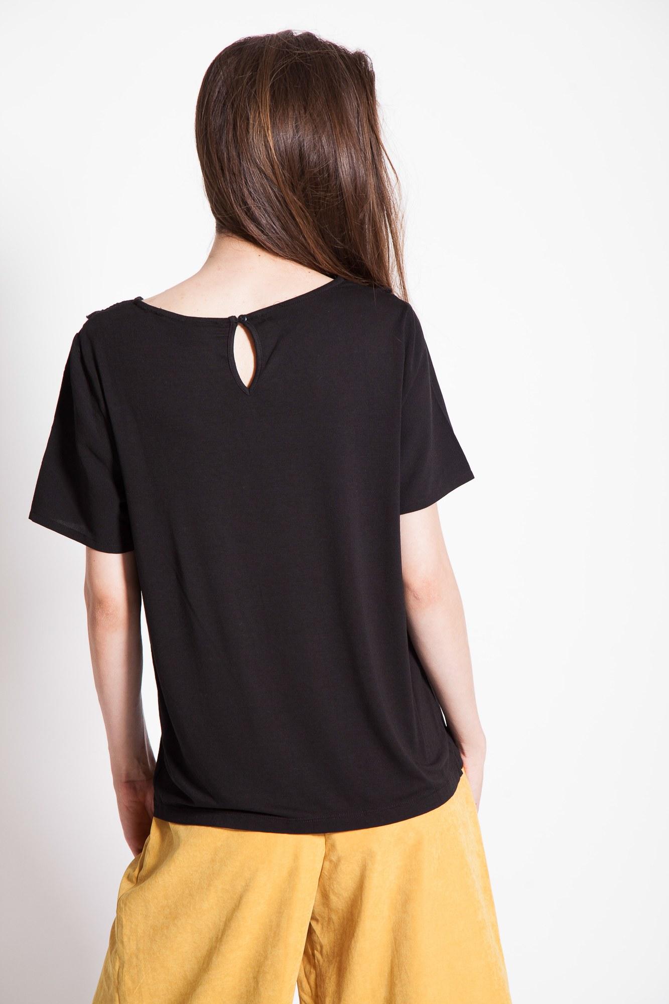 Bluza neagra cu broderie sparta si maneca scurta