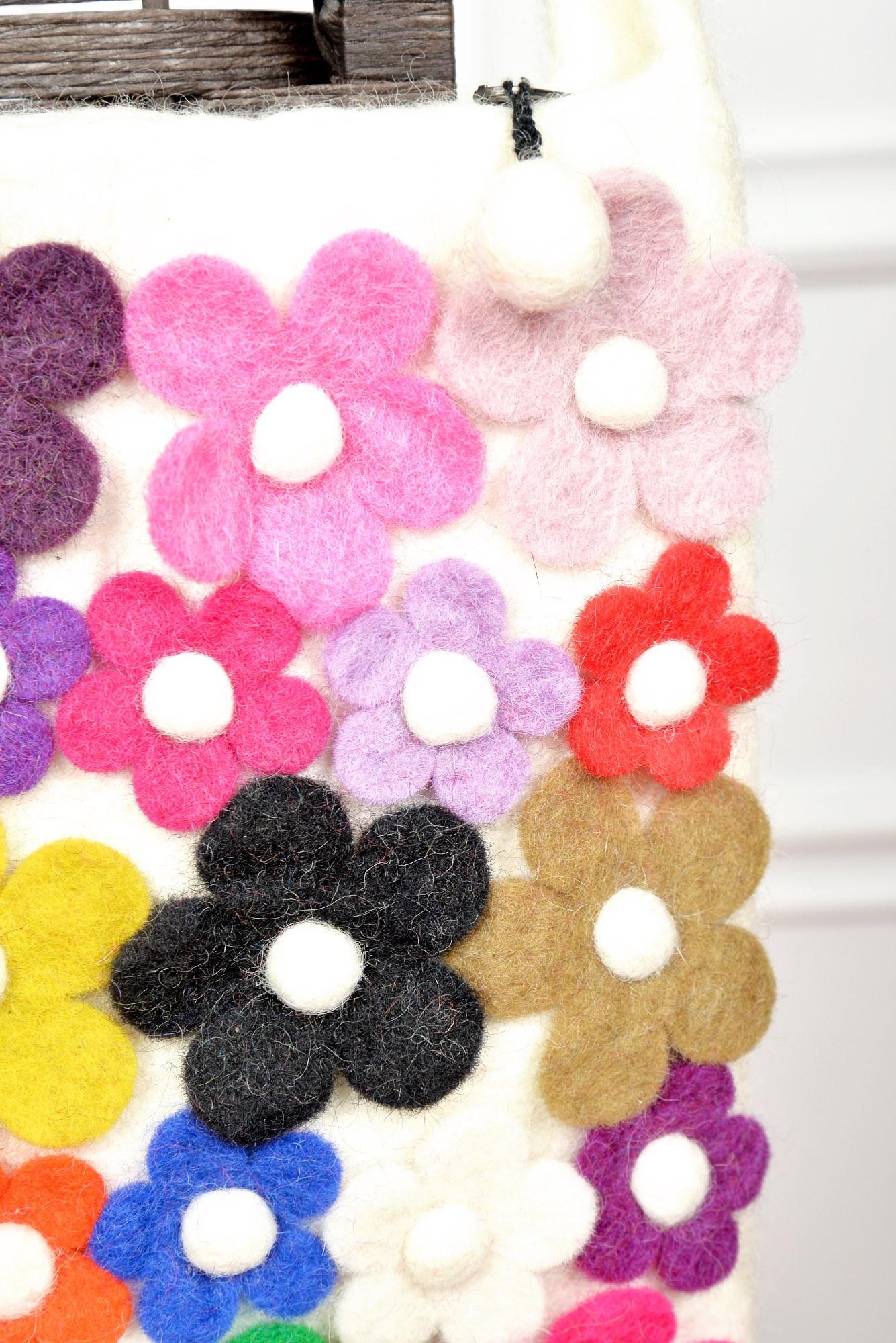 Geanta alba din lana cu aplicatii florale colorate