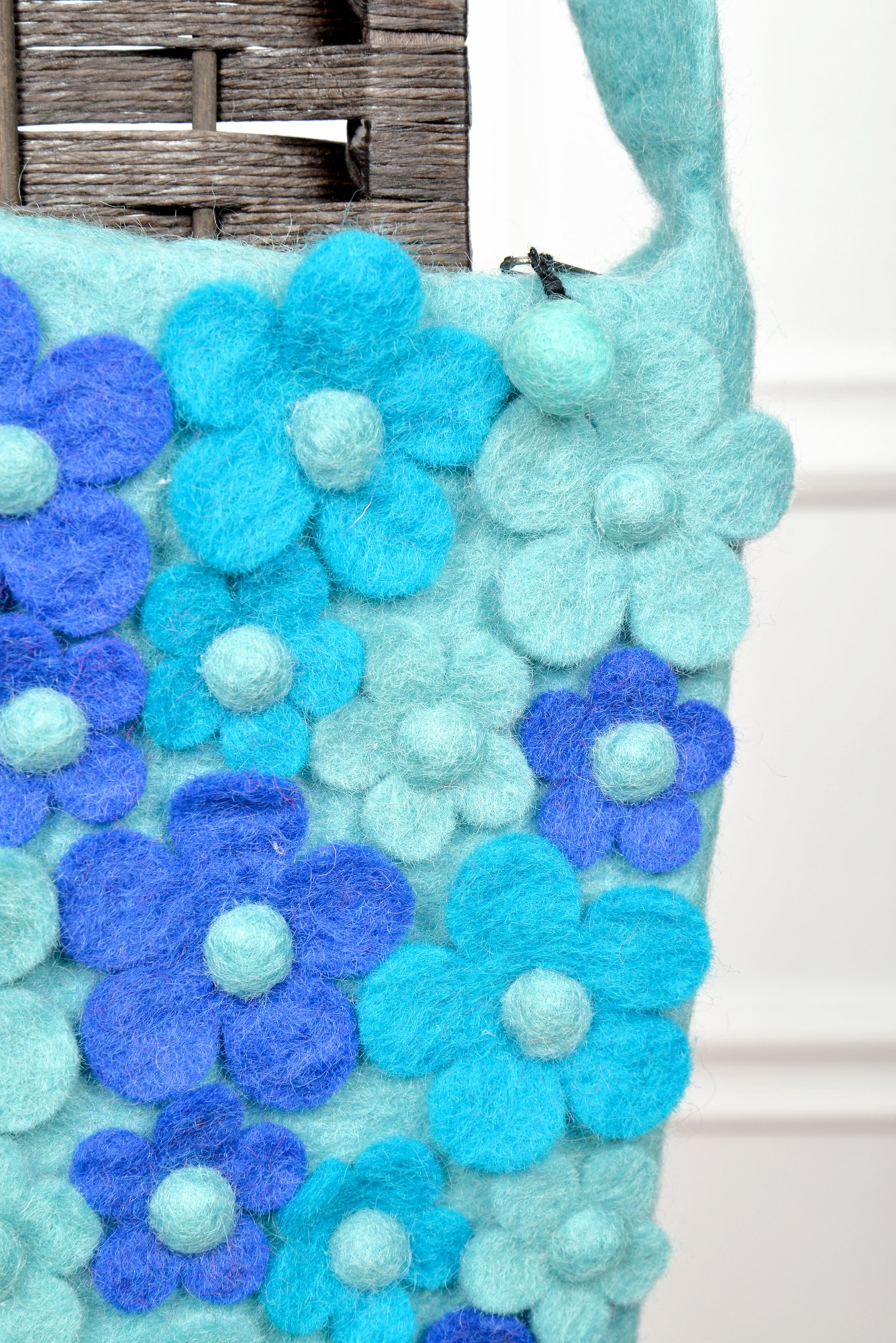 Geanta bleu din lana cu aplicatii florale