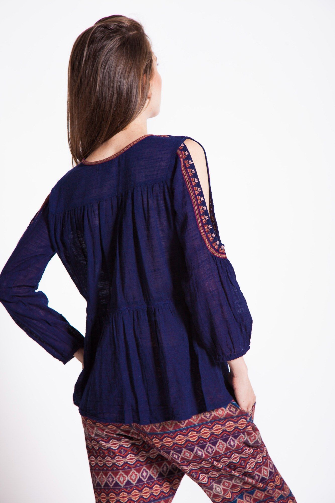 Bluza casual bleumarin cu decupaje umeri si piept