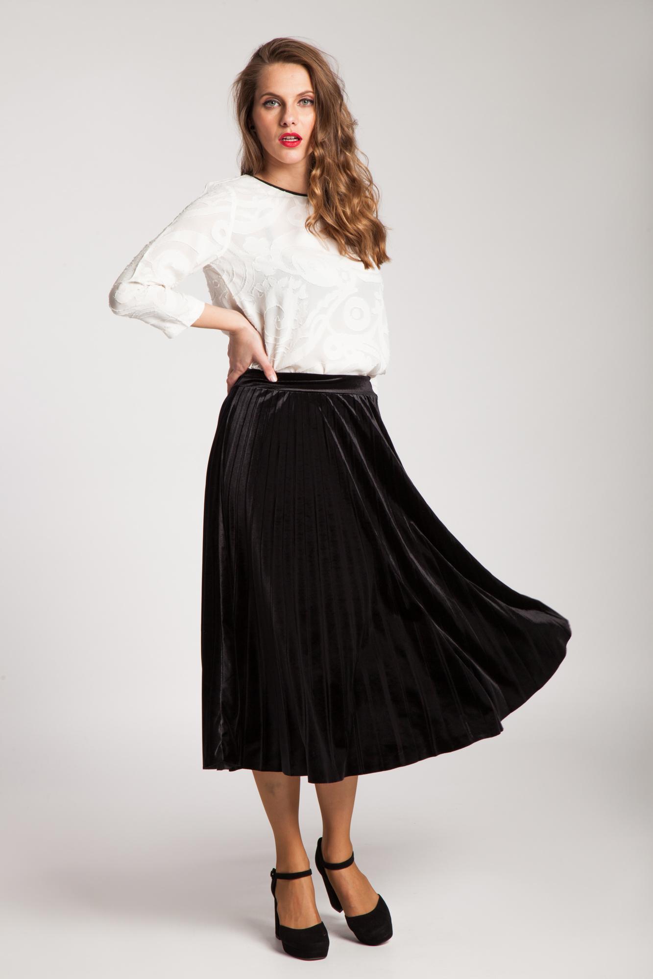 Fusta neagra plisata din catifea este o fusta moderna, eleganta ce poate fi purtata in mai multe ocazii in functie de cum este accesorizata. Poart-o cu o bluza eleganta si pantofii cu toc pentru o tinuta cocktail-chic, sau accesorizeaz-o cu o pereche de pantofi sport, o 1/5.